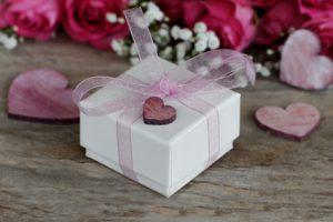 Geschenkbox mit Herzen